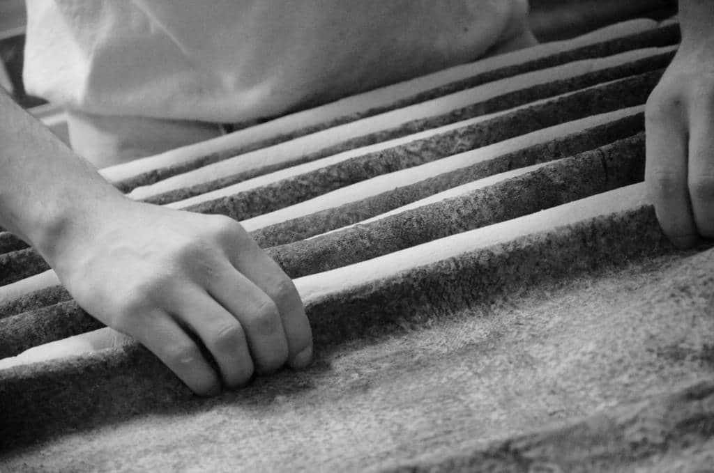 Façonnage du pain noir et blanc ©Sacha Charles Martin