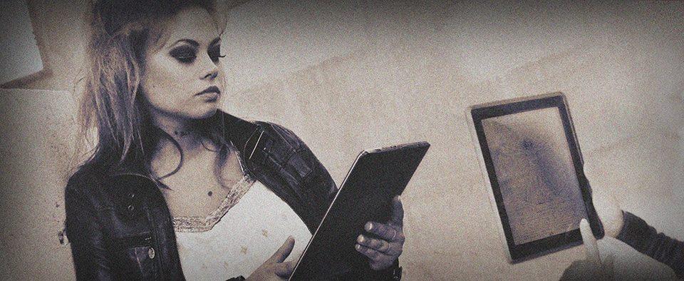 Femme et sa tablette en miroir Uchronies Gaillon 2012 ©Sacha Charles Martin